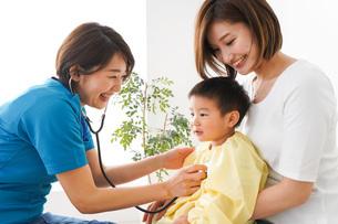 子供の診察をする小児科クリニックの写真素材 [FYI04719519]