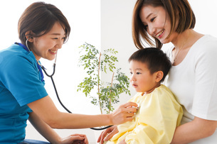 子供の診察をする小児科クリニックの写真素材 [FYI04719525]
