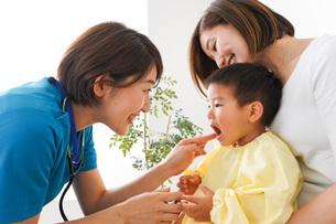 子供の診察をする小児科クリニックの写真素材 [FYI04719530]