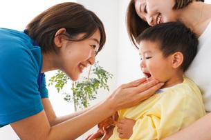 子供の診察をする小児科クリニックの写真素材 [FYI04719532]
