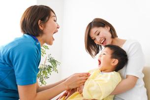 子供の診察をする小児科クリニックの写真素材 [FYI04719534]
