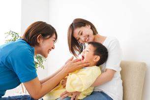 子供の診察をする小児科クリニックの写真素材 [FYI04719535]
