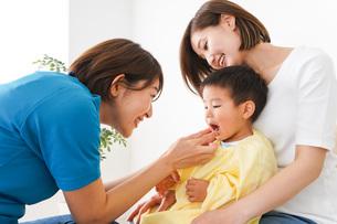 子供の診察をする小児科クリニックの写真素材 [FYI04719536]