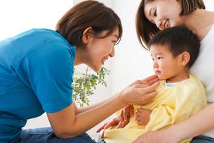 子供の診察をする小児科クリニックの写真素材 [FYI04719537]