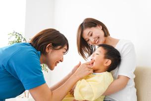子供の診察をする小児科クリニックの写真素材 [FYI04719538]