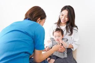 病院で診察を受ける赤ちゃんの写真素材 [FYI04719539]