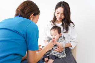 病院で診察を受ける赤ちゃんの写真素材 [FYI04719549]