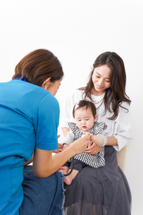 病院で診察を受ける赤ちゃんの写真素材 [FYI04719552]
