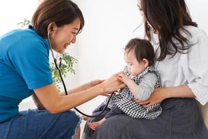 病院で診察を受ける赤ちゃんの写真素材 [FYI04719553]