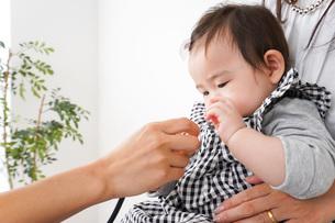 病院で診察を受ける赤ちゃんの写真素材 [FYI04719554]