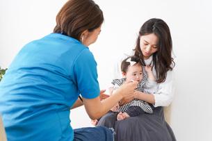 病院で診察を受ける赤ちゃんの写真素材 [FYI04719555]