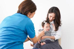 病院で診察を受ける赤ちゃんの写真素材 [FYI04719556]