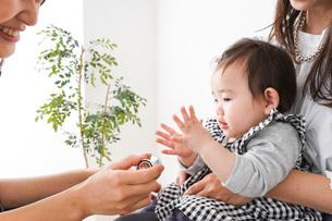 病院で診察を受ける赤ちゃんの写真素材 [FYI04719566]