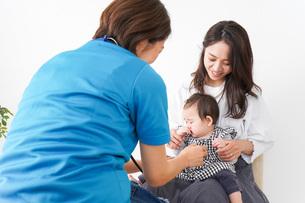 病院で診察を受ける赤ちゃんの写真素材 [FYI04719570]