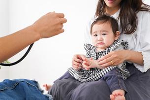病院で診察を受ける赤ちゃんの写真素材 [FYI04719574]