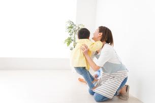 幼稚園でお遊戯をする子どもと先生の写真素材 [FYI04719575]