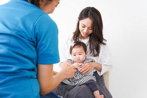 病院で診察を受ける赤ちゃんの写真素材 [FYI04719576]