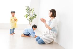 幼稚園でお遊戯をする子どもと先生の写真素材 [FYI04719579]