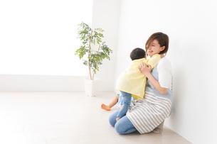 幼稚園でお遊戯をする子どもと先生の写真素材 [FYI04719580]