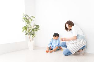 幼稚園でお遊戯をする子どもと先生の写真素材 [FYI04719582]