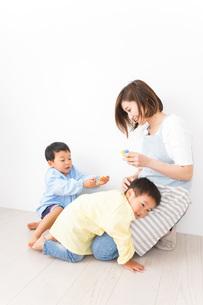 幼稚園でお遊戯をする子どもと先生の写真素材 [FYI04719584]