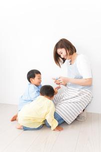 幼稚園でお遊戯をする子どもと先生の写真素材 [FYI04719589]