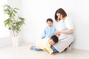 幼稚園でお遊戯をする子どもと先生の写真素材 [FYI04719590]