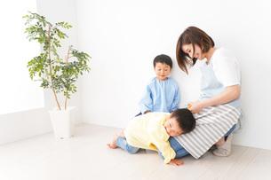 幼稚園でお遊戯をする子どもと先生の写真素材 [FYI04719591]