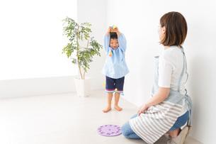 幼稚園でお遊戯をする子どもと先生の写真素材 [FYI04719593]