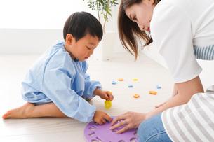 幼稚園でお遊戯をする子どもと先生の写真素材 [FYI04719597]