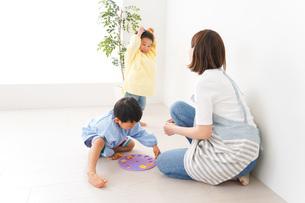 幼稚園でお遊戯をする子どもと先生の写真素材 [FYI04719600]