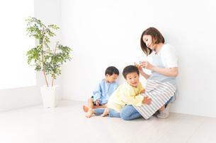 幼稚園でお遊戯をする子どもと先生の写真素材 [FYI04719601]
