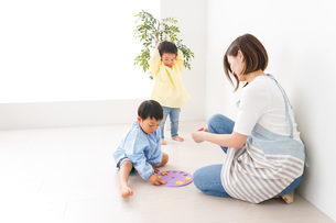 幼稚園でお遊戯をする子どもと先生の写真素材 [FYI04719605]