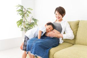 赤ちゃんの鼓動を聞く小さな男の子の写真素材 [FYI04719642]