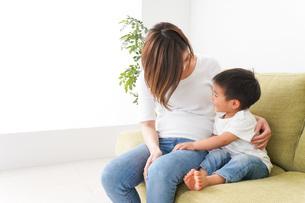 自宅で遊ぶ子どもとお母さんの写真素材 [FYI04719653]