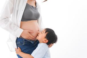 妊婦のお母さんと男の子の写真素材 [FYI04719707]