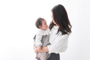 赤ちゃんを抱っこするお母さんの写真素材 [FYI04719737]
