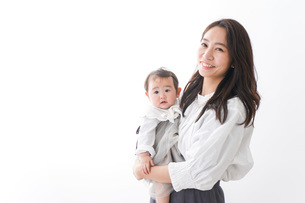 赤ちゃんを抱っこするお母さんの写真素材 [FYI04719739]