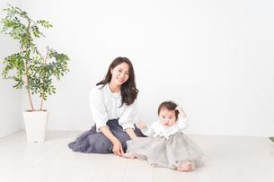お母さんと家で遊ぶ赤ちゃんの写真素材 [FYI04719745]