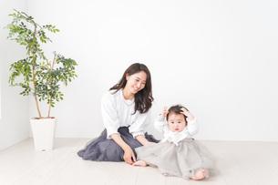 お母さんと家で遊ぶ赤ちゃんの写真素材 [FYI04719747]