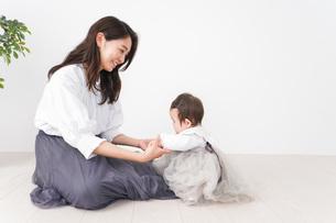 お母さんと家で遊ぶ赤ちゃんの写真素材 [FYI04719755]