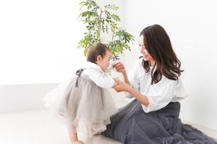 お母さんと家で遊ぶ赤ちゃんの写真素材 [FYI04719756]