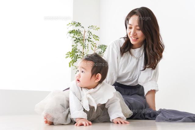 お母さんと家で遊ぶ赤ちゃんの写真素材 [FYI04719759]