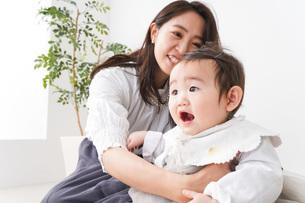 お母さんと家で遊ぶ赤ちゃんの写真素材 [FYI04719762]