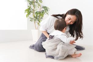 お母さんと家で遊ぶ赤ちゃんの写真素材 [FYI04719773]