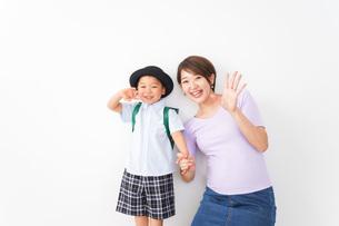通学をする子どもとお母さんの写真素材 [FYI04719781]