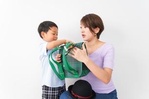 通学をする子どもとお母さんの写真素材 [FYI04719785]