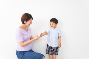 子どもにスプレーをするお母さんの写真素材 [FYI04719798]