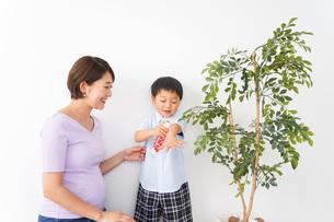 子どもにスプレーをするお母さんの写真素材 [FYI04719805]