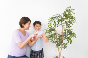 子どもにスプレーをするお母さんの写真素材 [FYI04719807]